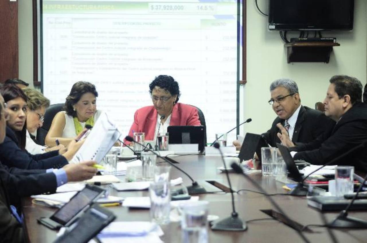 La Comisión de Hacienda de la Asamblea Legislativa es la responsable de redistribuir los fondos asignados por Hacienda a cada uno de los ministerios. foto edh / archivo
