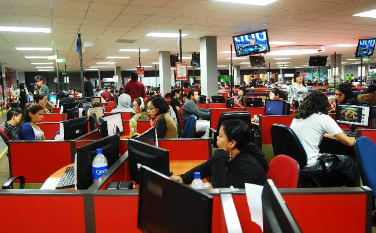 Los centros de llamadas son una opción de empleo mejor remunerado para muchos jóvenes.