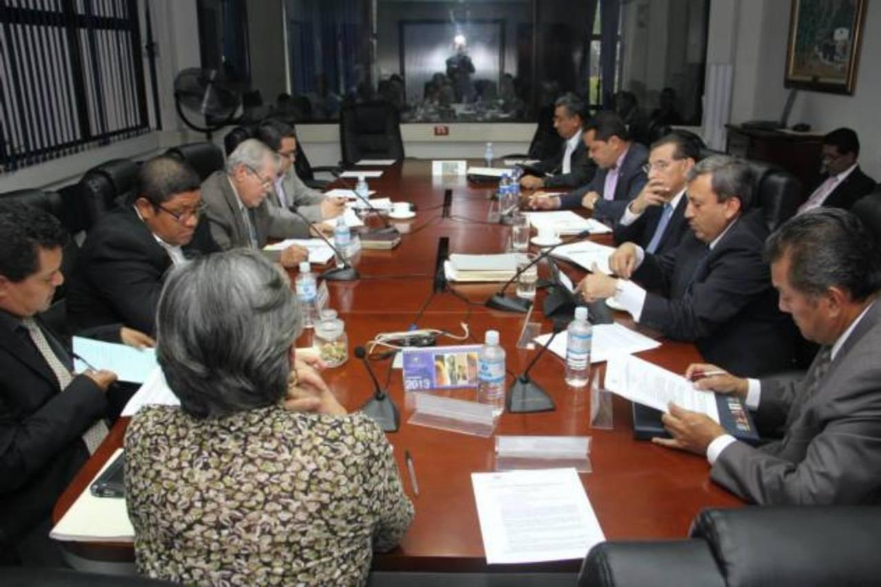 Los diputados de la Comisión de Obras Públicas se reunieron ayer en la Asamblea Legislativa. Foto EDH / CORTESÍA asamblea