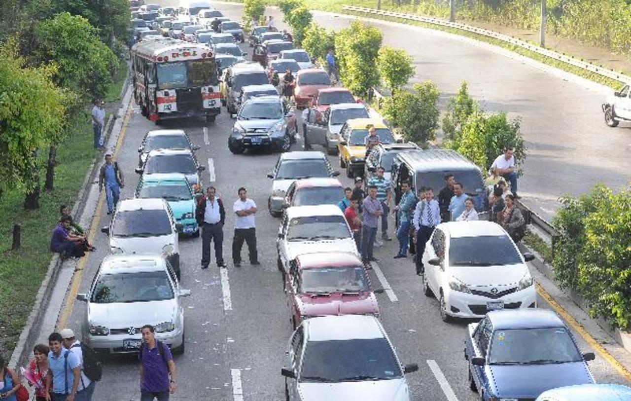 La medida causó caos vial en la zona, cientos de automovilistas se quejaron por la protesta. Fotos EDH / claudia castilloA la altura del kilómetro 5 de la Autopista a Comalapa los habitantes colocaron llantas y ramas para cerrar el paso.
