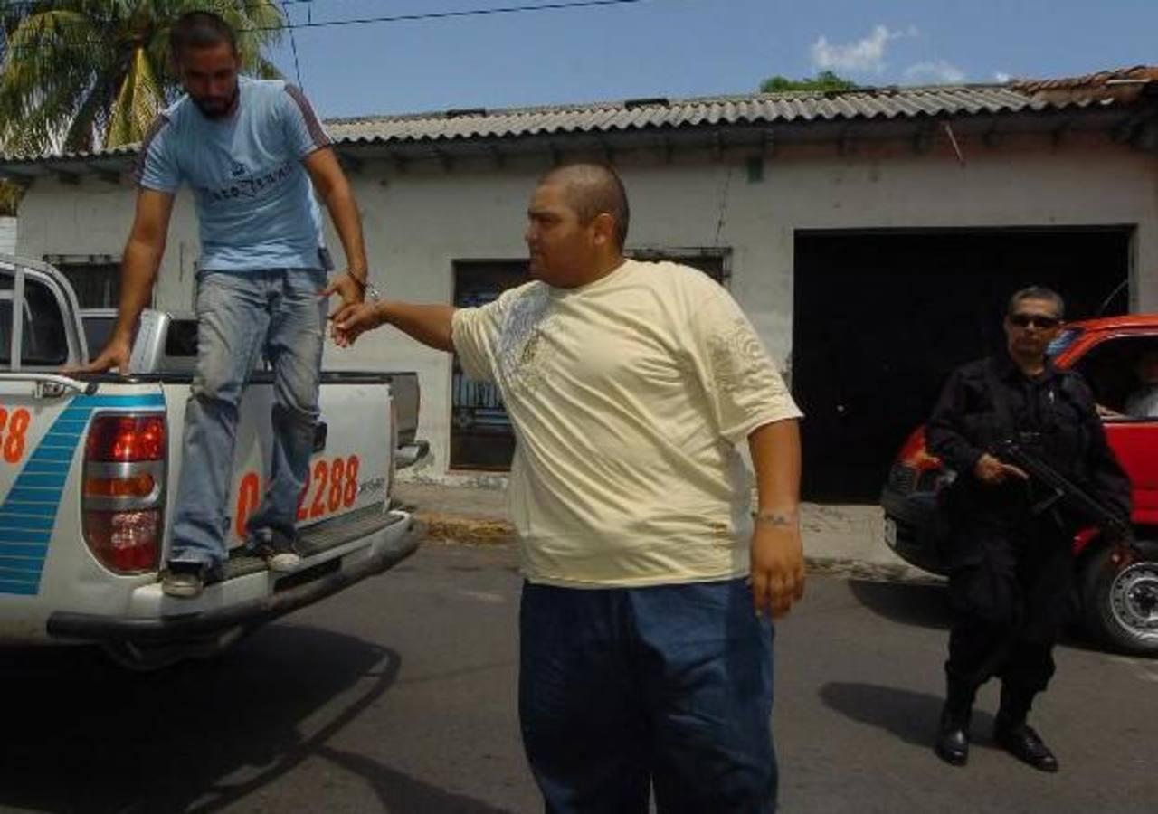 Boris Alexander Bercián Manchón (al centro) está perfilado por las autoridades como el cabecilla de los Normadies Locos Salvatruchos, una clica que opera en La Libertad y Sonsonate .Foto EDH / Archivo