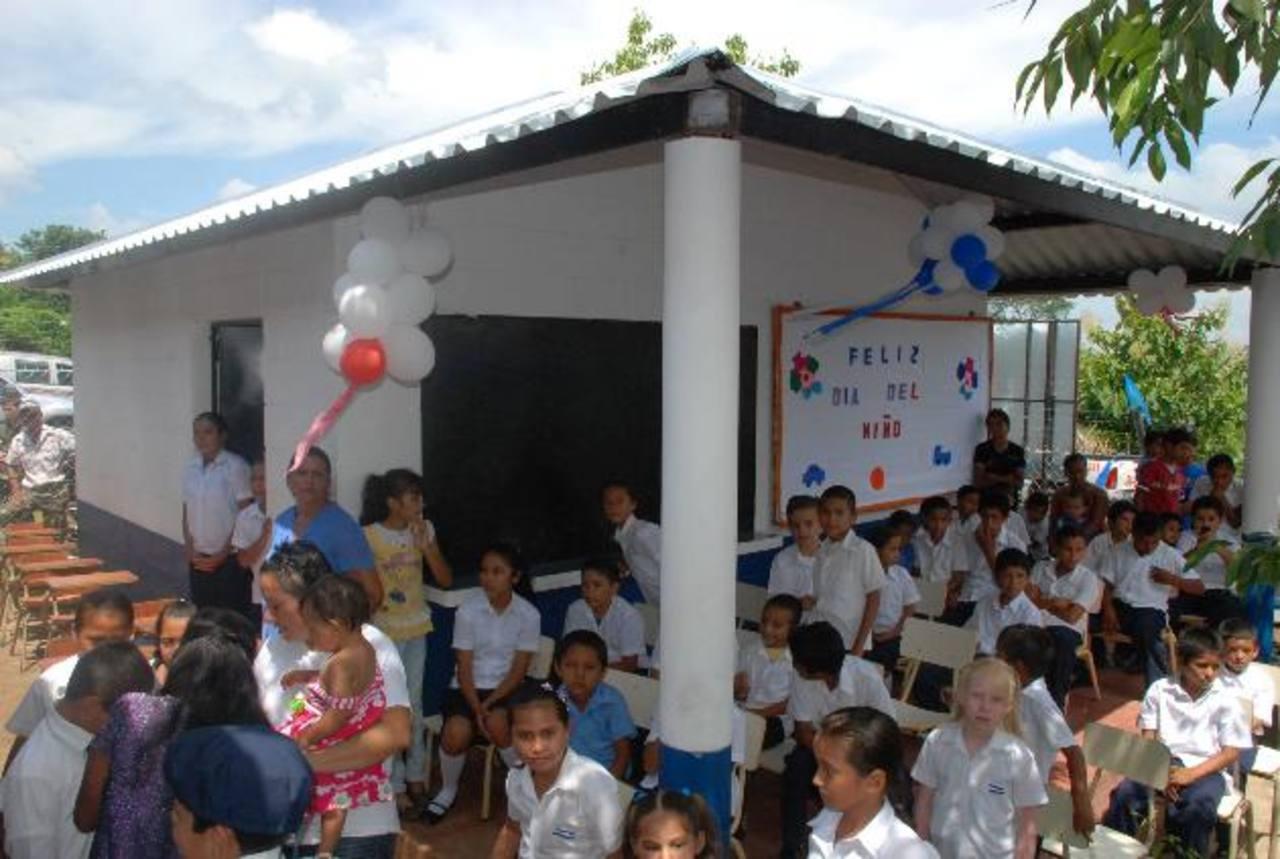 En las aulas provisionales que había en la escuela se filtraba el agua. Ahora las condiciones son mejores. Foto EDH / cristian Díaz