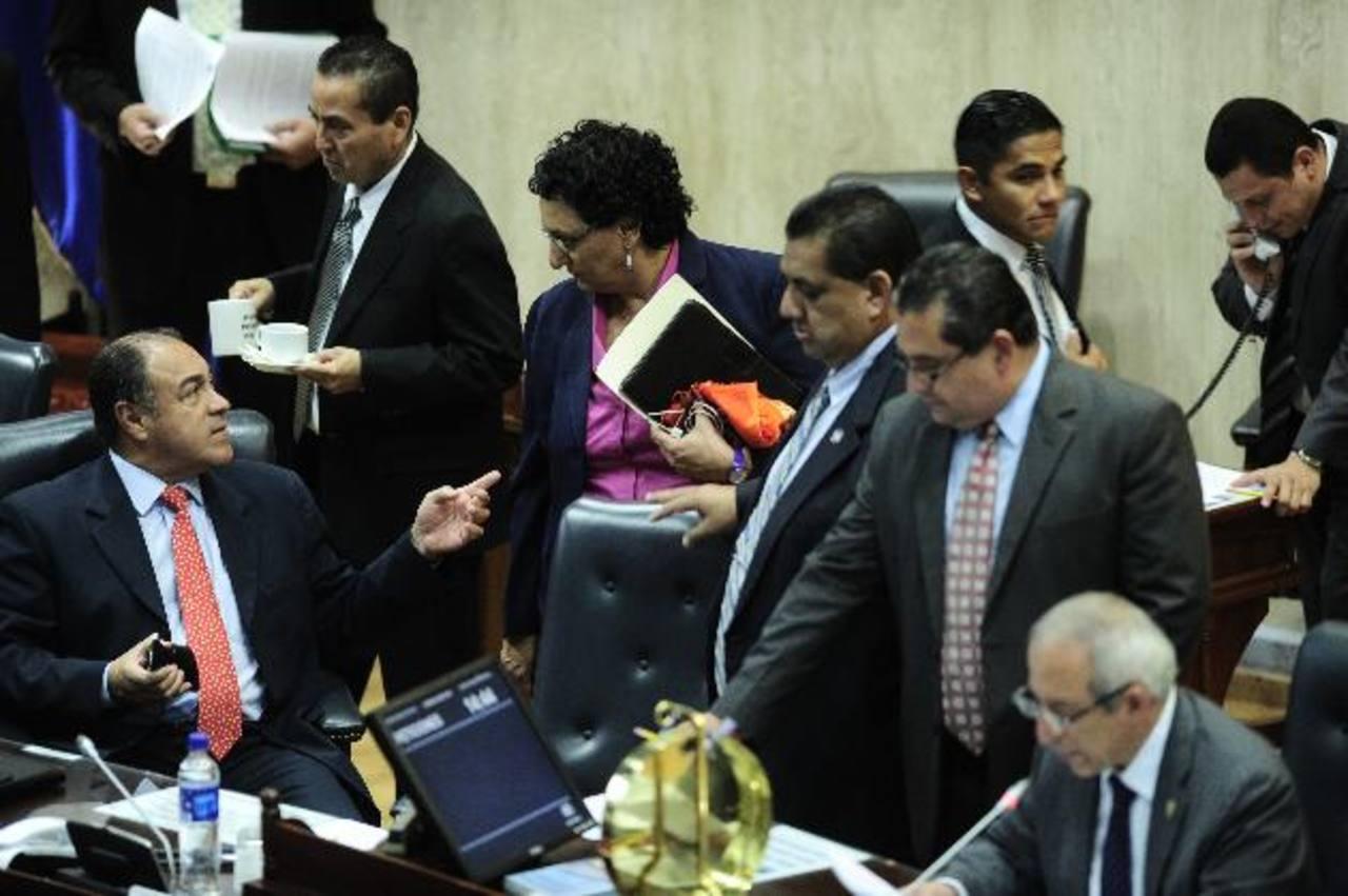 Los diputados de la Asamblea aprobaron el pasado 5 de septiembre limitar el uso de 53 agroquímicos en el país. Foto EDH / Archivo