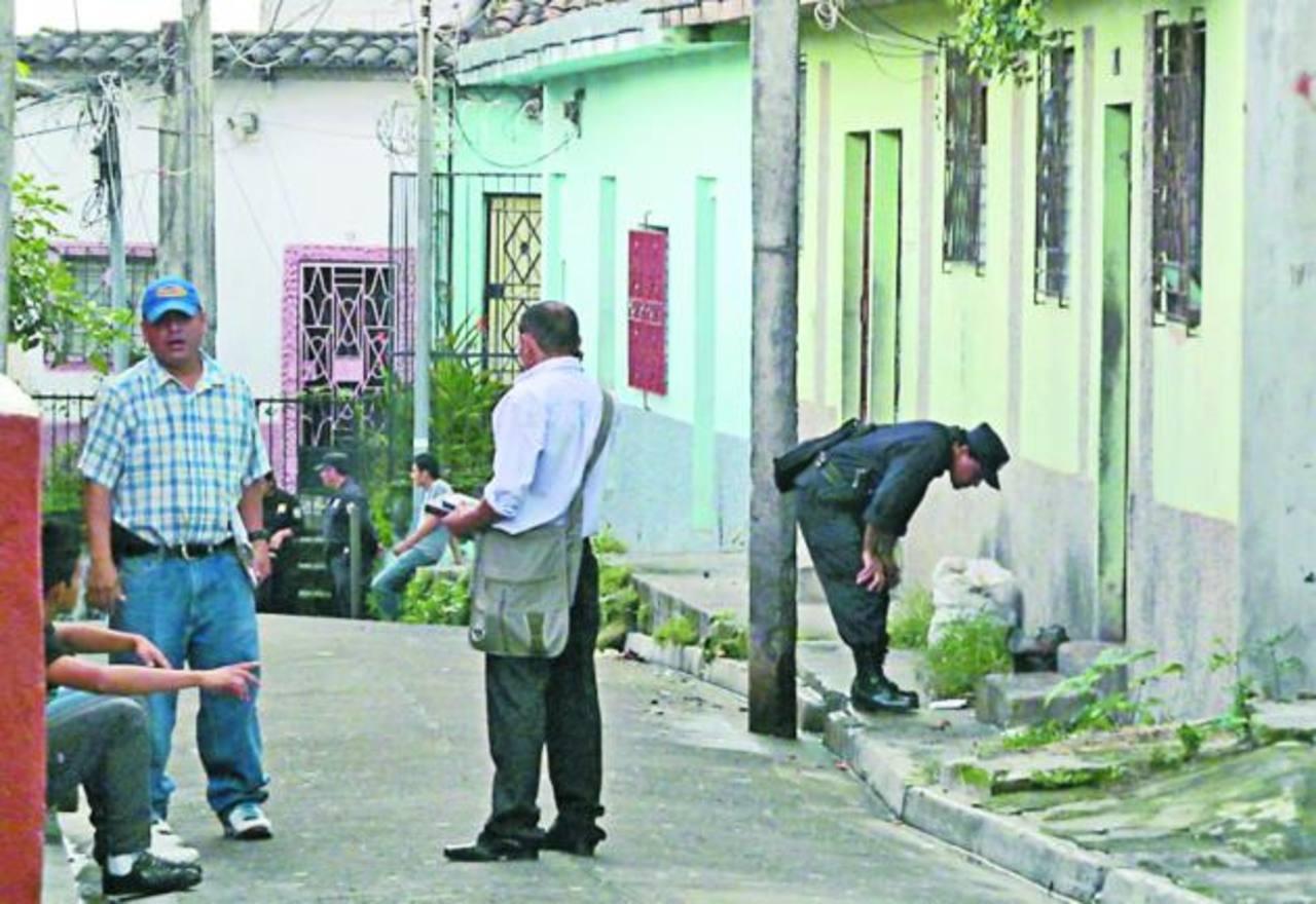Policías registraron la casa donde presumen fue asesinada una niña de 11 años, el jueves en Cojutepeque FOTO EDH
