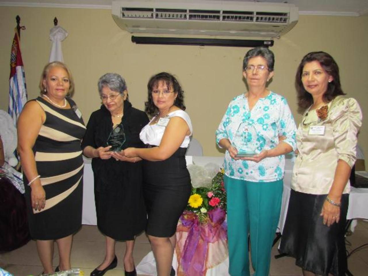 Ana Margarita Lucha (centro) fue una las mujeres galardonadas por la Cámara de Comercio. Foto EDH / MAURICIO GUEVARA