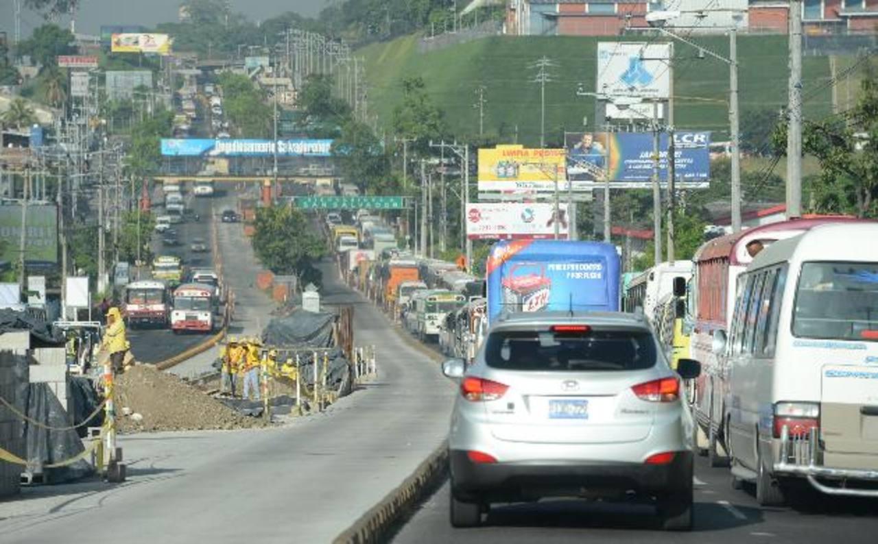 Ayer colapsó el bulevar del Ejército Nacional, en el carril de Soyapango hacia la capital. Conductores se tardaron 45 minutos en recorrerlo. foto eDH / Mauricio Cáceres