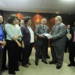 El ministro de Hacienda, Carlos Cáceres, entregó la semana anterior el proyecto de presupuesto 2014. foto edh / archivo