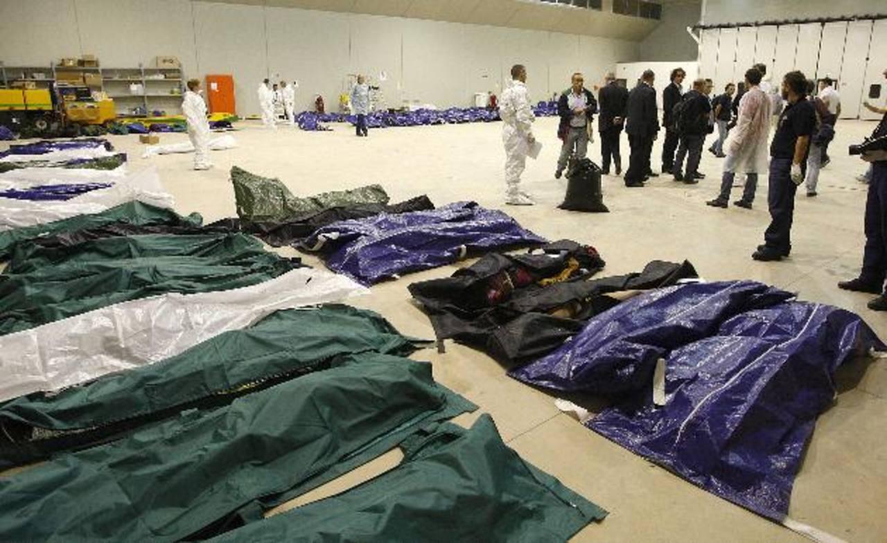 La morgue de Lampedusa quedó saturada, por lo que muchos de los cadáveres fueron trasladados a los hangares del aeropuerto local. Foto EDH / REUTERS