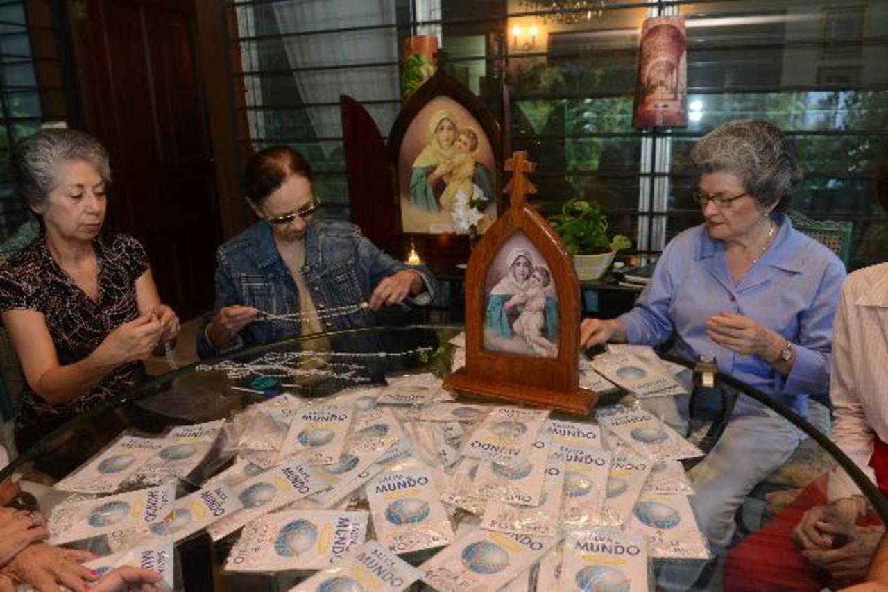 El empacado de los santos rosarios es parte de las actividades. Foto EDH/ miguel villalta