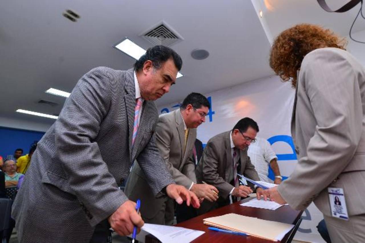 Los magistrados del TSE aún no tienen claro la cantidad de votantes salvadoreños en cada continente. Foto EDH / Omar carbonero