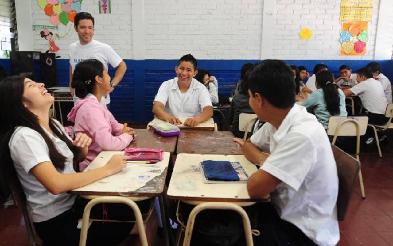 Diego de Sola, presidente de la ONG (de pie), compartió con los alumnos del centro escolar Marcelino García Flamenco. fotos edh /lissette lemus