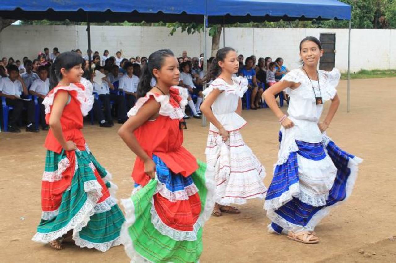 La clausura del programa en Ahuachapán estuvo acompañada de puntos artísticos. Foto edh / Roberto Díaz Zambrano