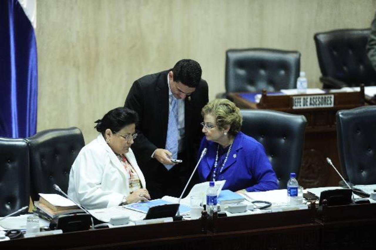 Margarita Escobar y Carmen Elena de Escalón conversan con su colega Roberto d'Aubuisson. foto edh /cortesía