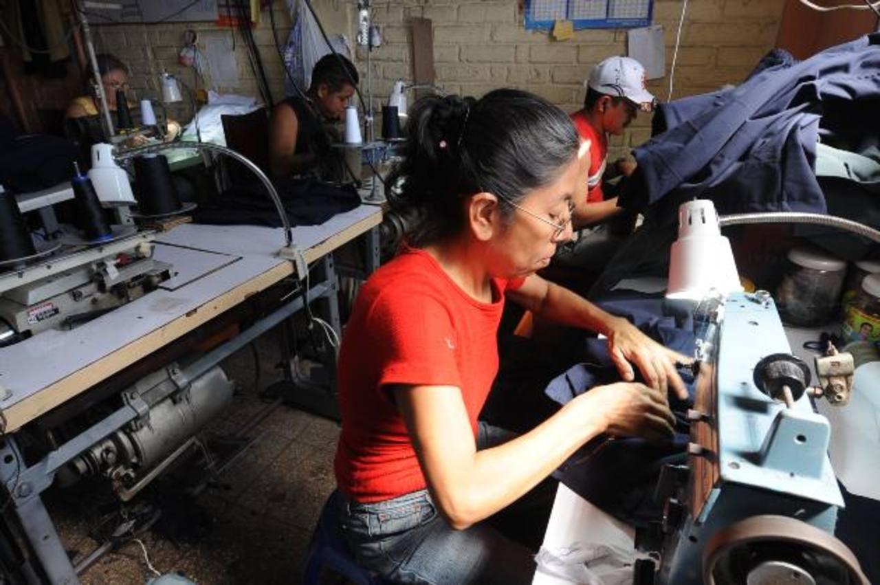 Educación ya compró la tela para los uniformes y empezó el proceso de contratación de las costureras y sastres de cara a dar el primer uniforme en enero de 2014. Foto EDH / archivo