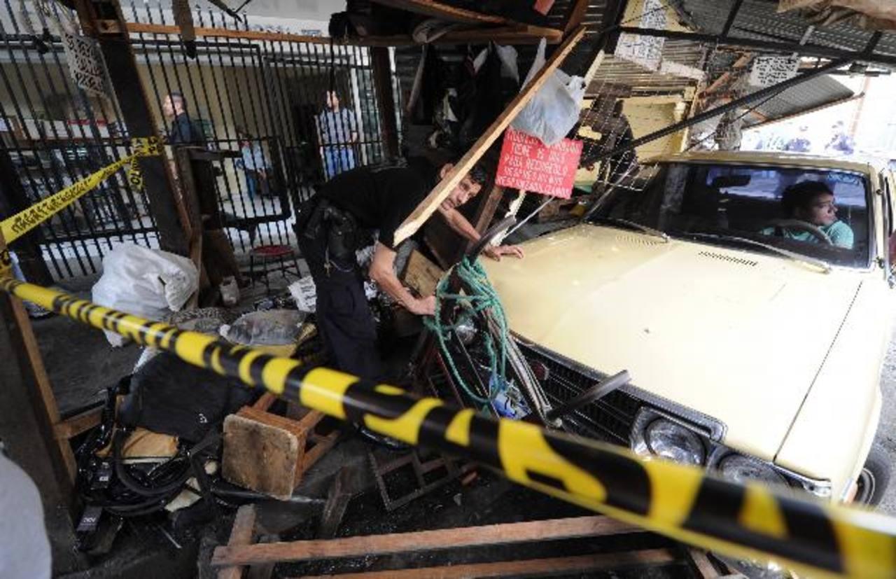 Luis Eduardo Caballero permanece en el interior del vehículo tras haber provocado el accidente que dejó un muerto y siete lesionados. Foto EDH / Claudia Castillo.