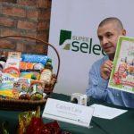 Carlos Lara, gerente de mercadeo de Súper Selectos, presentó ayer en conferencia la variedad de canastas navideñas. EDH / d. Rezzio