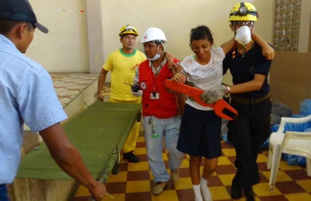 Los miembros de Protección Civil pusieron a prueba qué tan preparados están para atender las emergencias. Foto EDH /cortesía