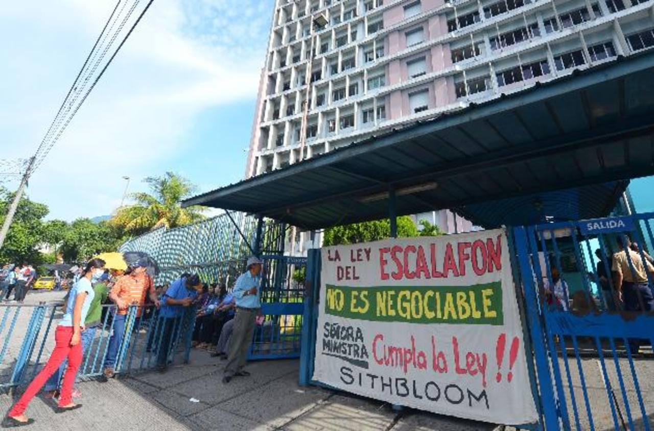 Los sindicalistas del sector salud dicen que seguirán luchando porque les garanticen el escalafón de 2014. foto EDH / archivo