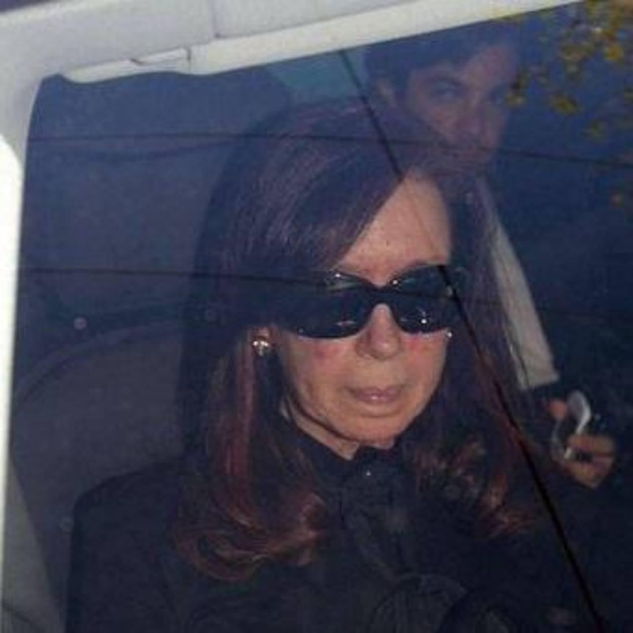 Cristina Fernández llega al hospital en Buenos Aires.
