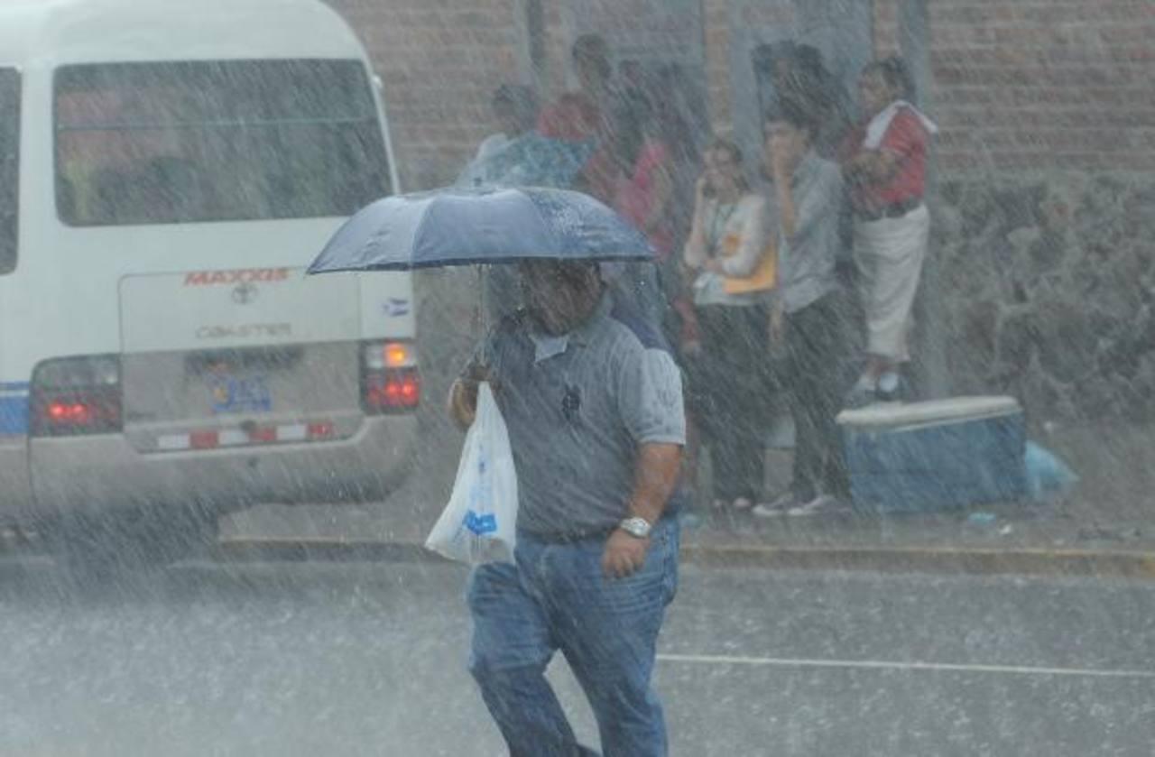 Paso de onda tropical causa lluvia en El Salvador