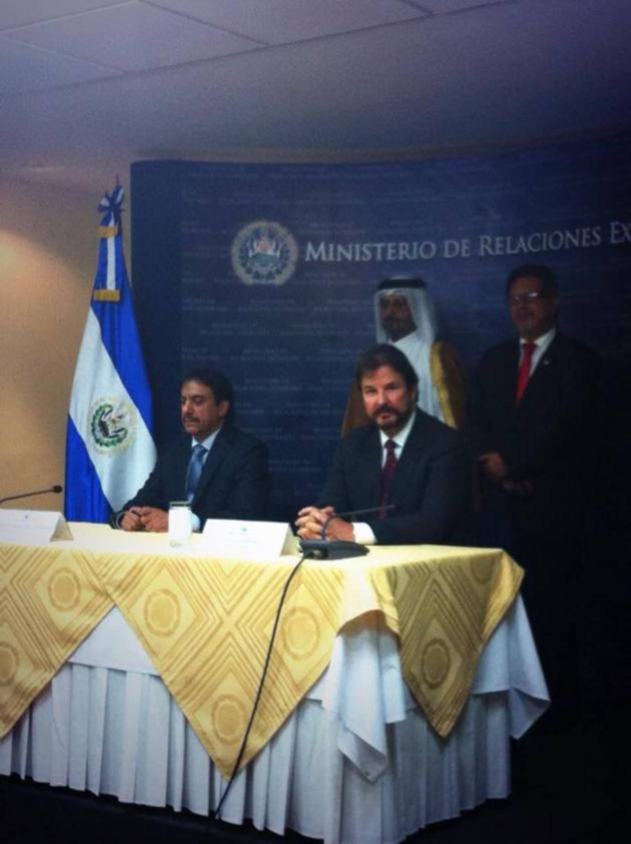 Luis Cardenal, de la Cámara de Comercio participó de la firma de uno de los convenios con Catar. foto edh /facebook de CCiES