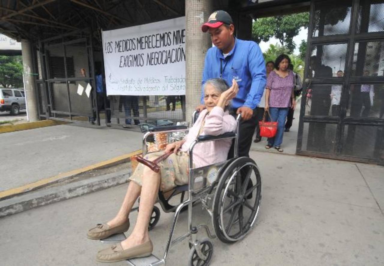 Muchos derechohabientes han resultado afectados con la paralización de labores. Foto EDH