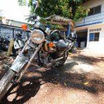 Esta es la motocicleta que se supone manejaba el agente Carlos Hernández el día que desapareció en Aguilares. Fue hallada en una gasolinera en ese municipio. Foto EDH / Claudia Castillo
