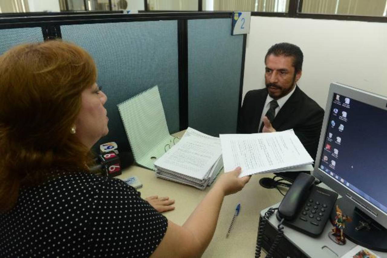 El abogado Ricardo Ernesto Núñez, al momento de interponer la denuncia ante la Fiscalía General de la República. Foto EDH / miguel villalta