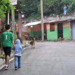 Dos niños caminan por el lugar donde fue baleada Alison Adriana García, dos años, en Mejicanos. Foto EDH / Jorge Beltrán