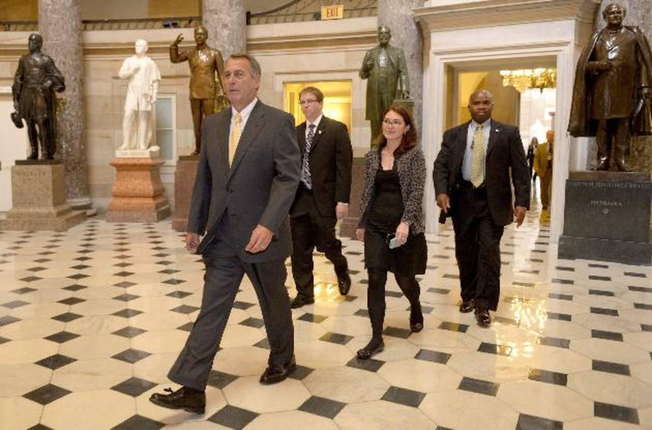El presidente de la Cámara de Representantes de EE. UU., el republicano John Boehner (i), camina por el Capitolio en Washington. Boehner aseguró ayer que tomará medidas para evitar una suspensión de pagos. Foto EDH / EFE