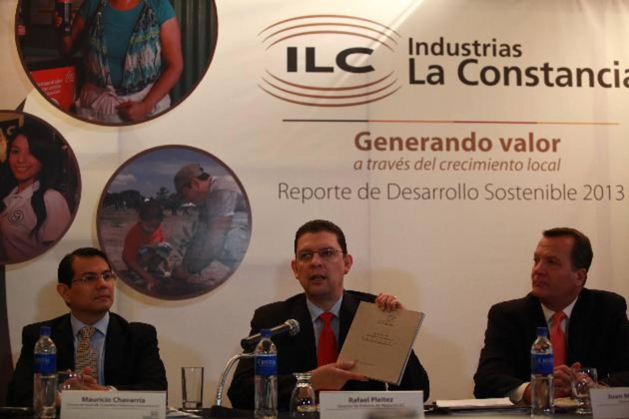 Mauricio Chavarría y Rafael Pleitez, ejecutivos de ILC, junto a Juan Marco Alvarez, de Cedes. Foto EDH/cortesia