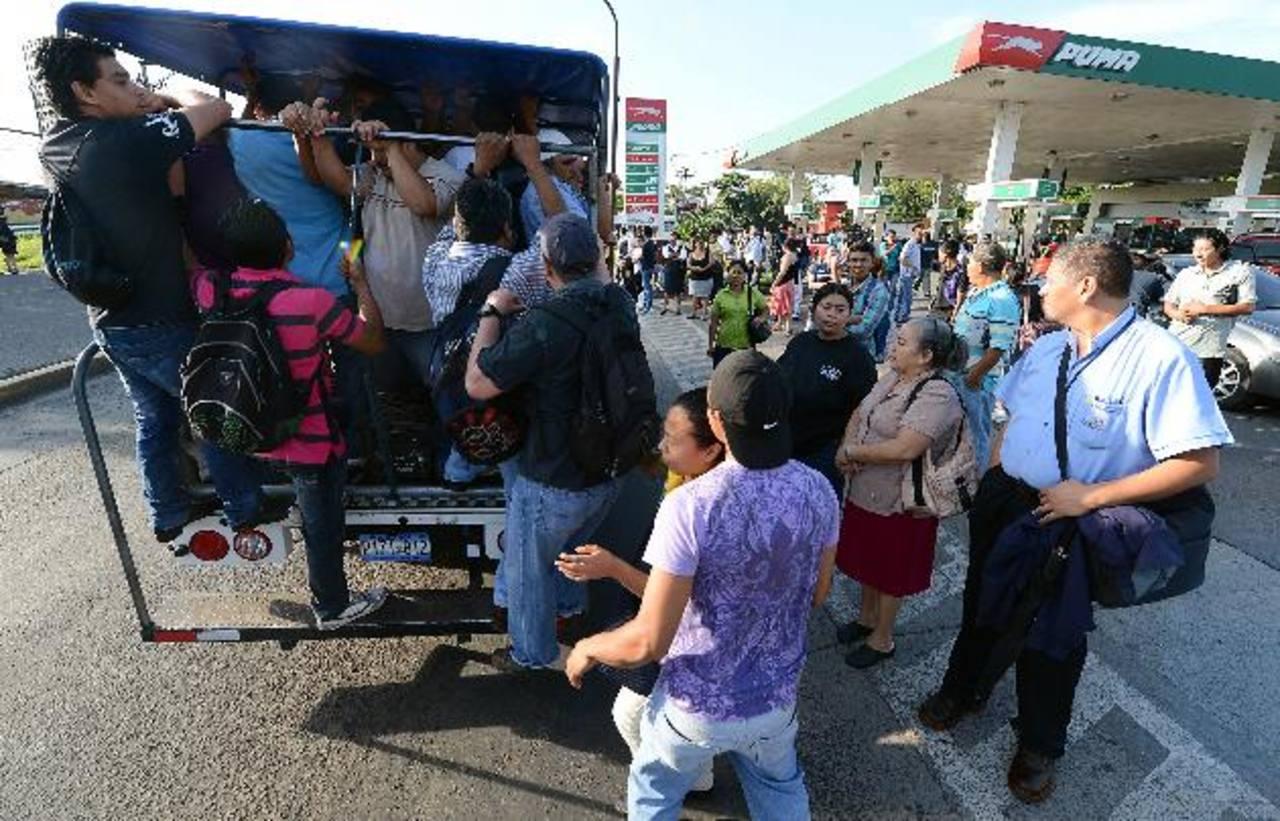 Residentes de ocho colonias de Apopa tuvieron que viajar en camiones ayer. Foto EDH / Óscar Mira.