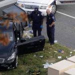 Policías observan el vehículo estrellado tras un tiroteo cerca del Capitolio. Descartaron actividad terrorista. Foto EDH / efe