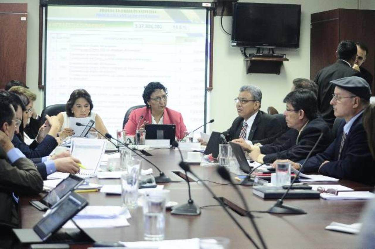 Mientras Padilla exponía en la Comisión de Hacienda se anunció en redes sociales que ya no es más presidente de la CSJ. foto edh / jorge reyes