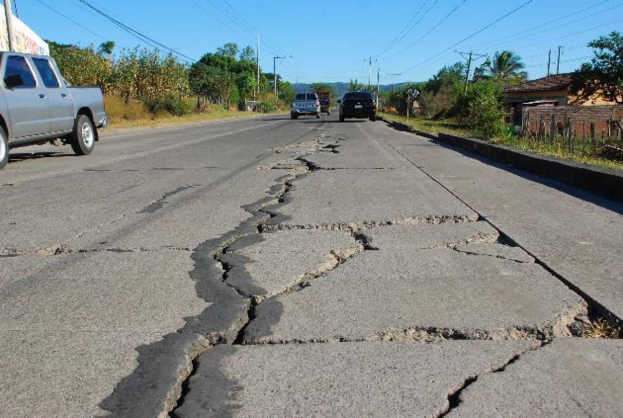 Los daños en la carretera de San Miguel a La Unión son tan severos que Fovial teme que calle quedará intransitable si no la reparan pronto. foto edh / Archivo