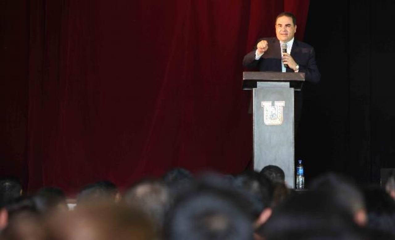 El candidato de Unidad, Antonio Saca, al momento de dirigirse a los jóvenes que asistieron al conversatorio en la Universidad Gerardo Barrios, de San Miguel. Foto EDH /cortesía
