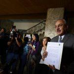 Benjamín Cestoni, representante legal de ARENA, muestra el finiquito que otorgó la CCR a Quijano. foto edh / MARVIN RECINOS