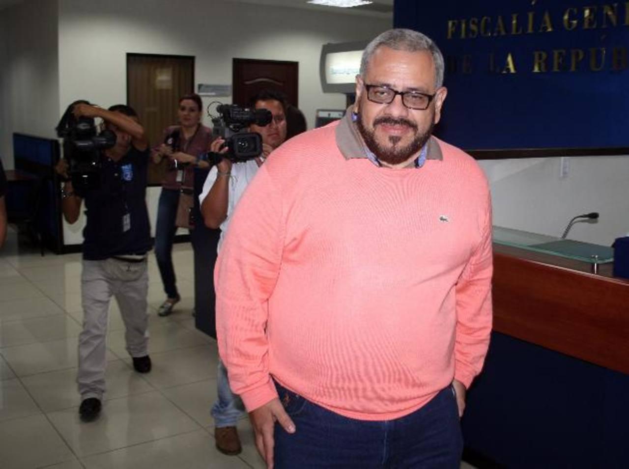 El exviceministro Douglas Moreno, a su salida en la Fiscalía General de la República. Ha dicho que las autoridades le dieron beneficios en exceso a los reos como parte de la tregua. Foto EDH
