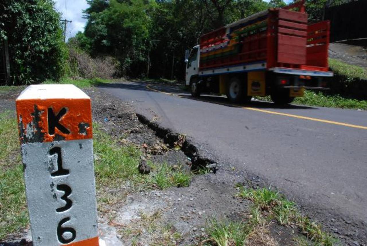 La vía ya solo requiere de señalización vial vertical y horizontal. En algunos tramos ya fue colocada. Foto EDH / carlos segovia