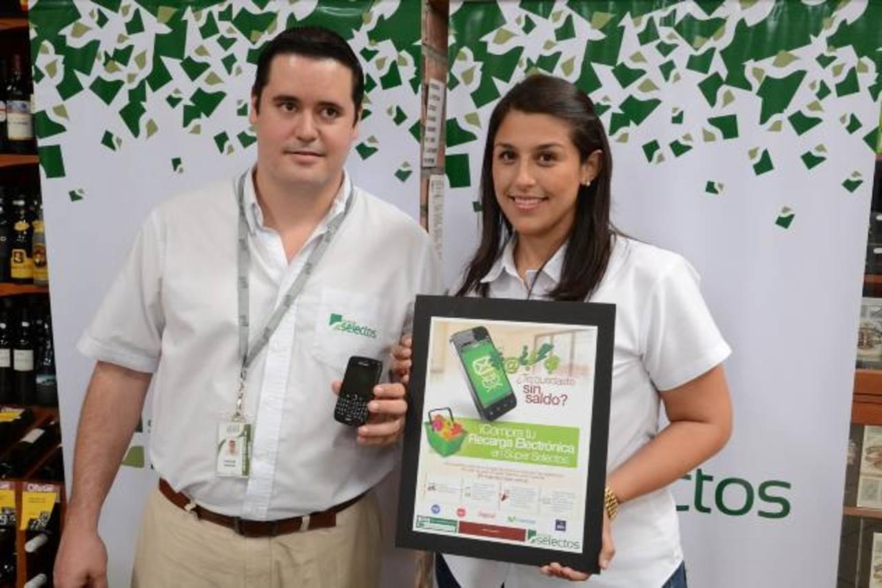 Carlos Baires, jefe Selectos Móvil y Karen Morán, comunicaciones de Grupo Calleja. foto edh / david rezzio