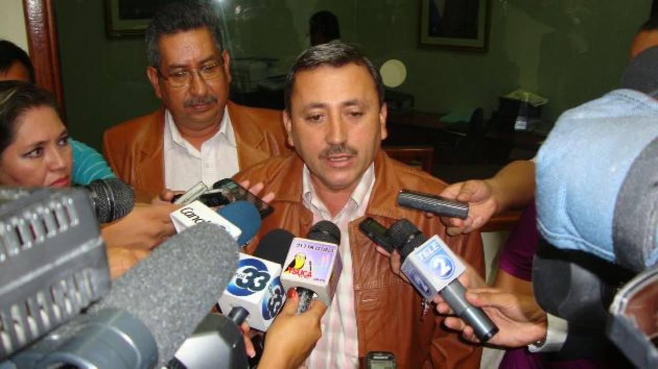 El diputado Carlos Reyes de ARENA cuestionó que Sipago no tiene experiencia.