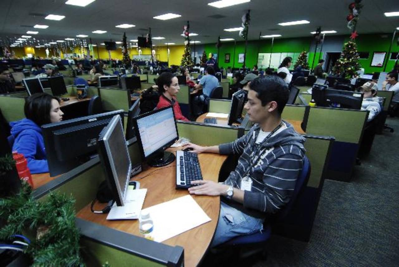 Los call center se han convertido en las empresas que ofrecen mayor demanda a personal bilingüe. foto EDH / archivo