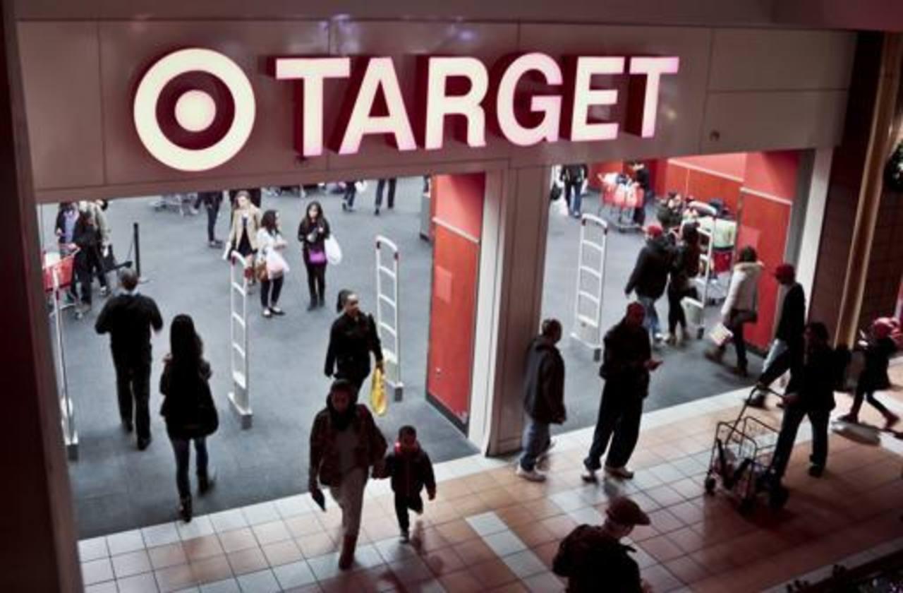 Compradores visitan la tienda Target