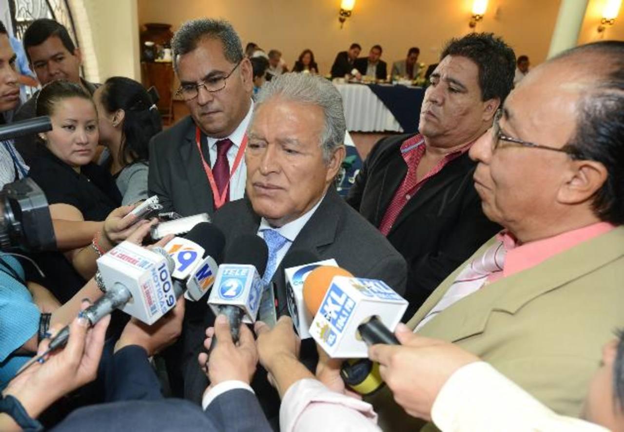 El candidato del FMLN, Salvador Sánchez Cerén, recibió ayer un pliego de peticiones del Consejo Nacional de Empresarios Salvadoreños (Conaes). foto EDH / Douglas Urquilla