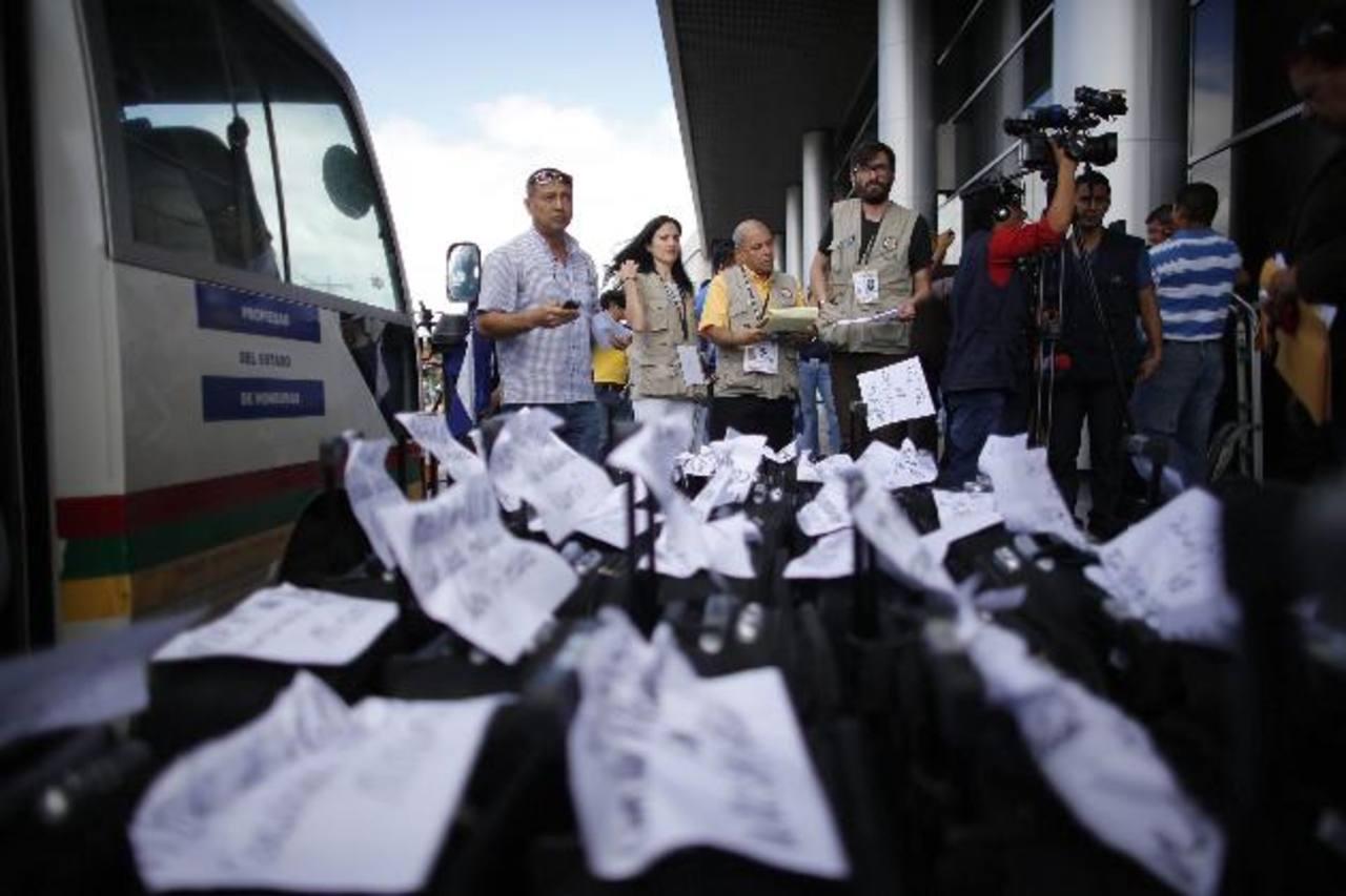 Miembros de la misión de observadores electorales de la OEA durante el despacho de paquetes electorales. foto edh / Reuters