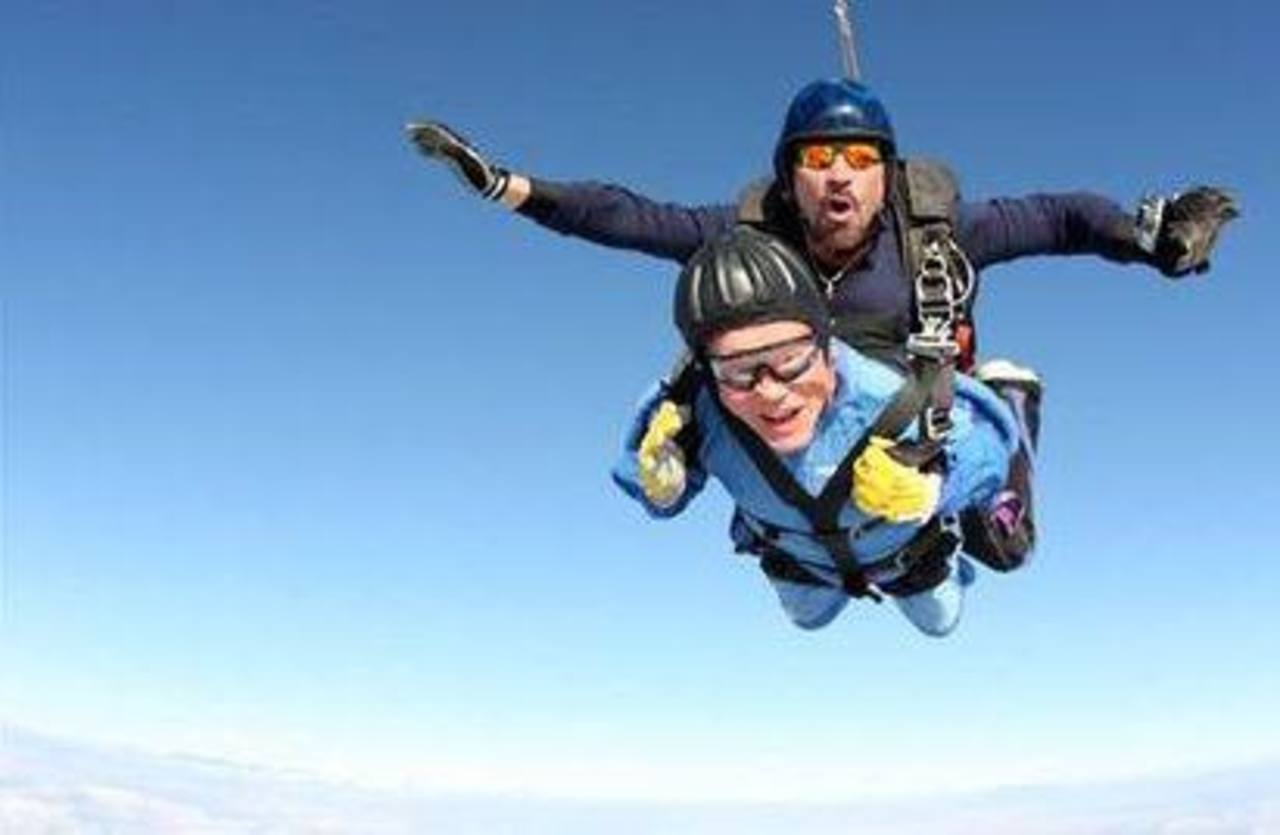 Foto provista por la Asociación de Paracaidismo de EE.UU. y Skydive Perris donde se ve a Vernon Maynard saltando en paracaídas junto con el instructor. Foto AP