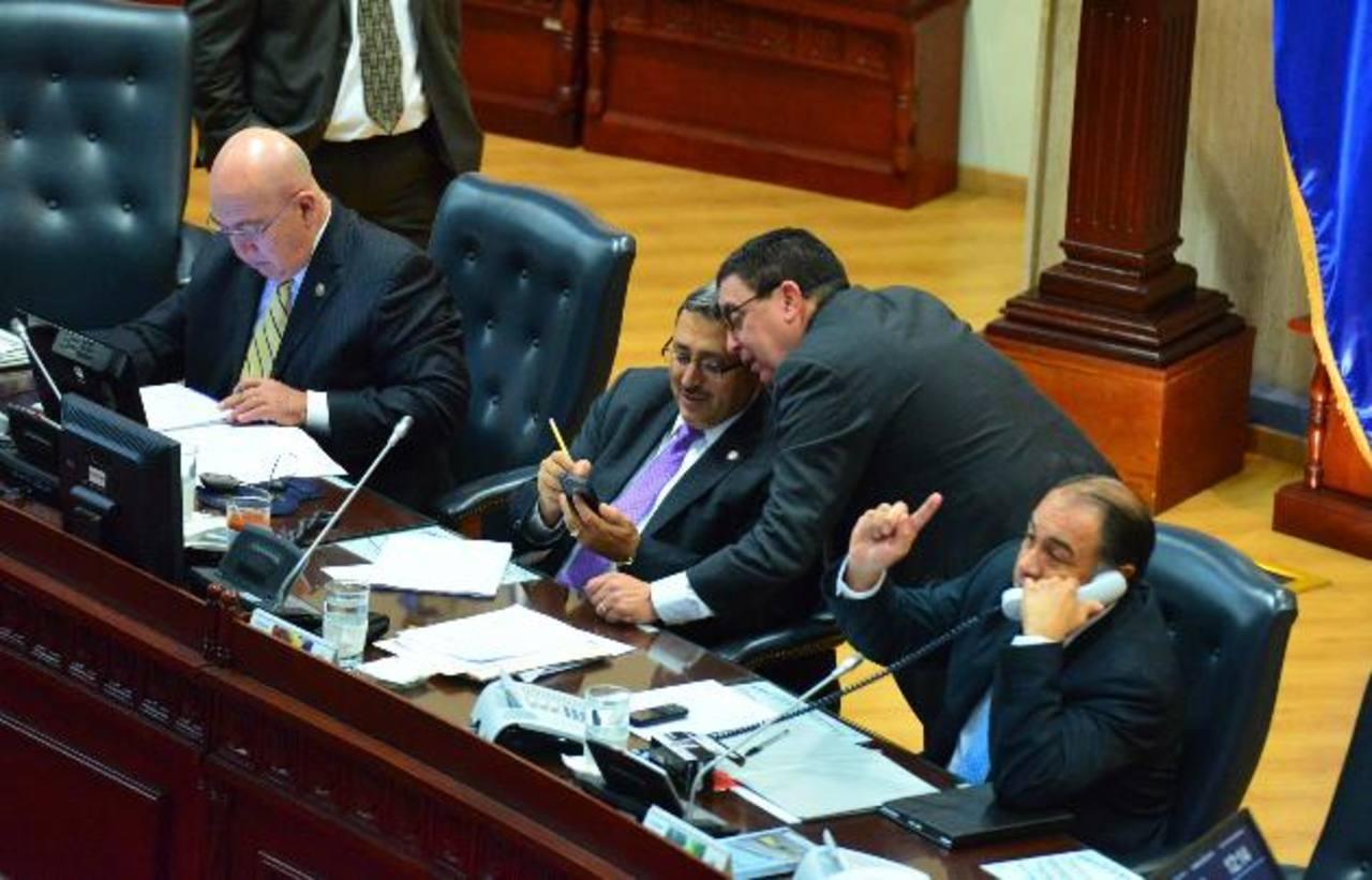 En la imagen diputados de la Junta Directiva y también algunos miembros de la Comisión de Seguridad (al centro), Carlos Reyes (de corbata morada), conversa con Ernesto Angulo, ambos de ARENA. foto edh / omar carbonero