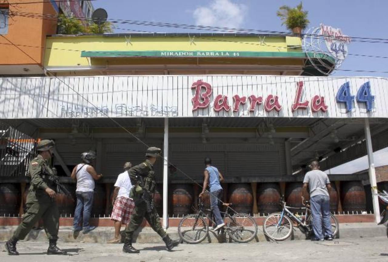 Policías caminan afuera de la discoteca donde fue el tiroteo. foto edh / AP