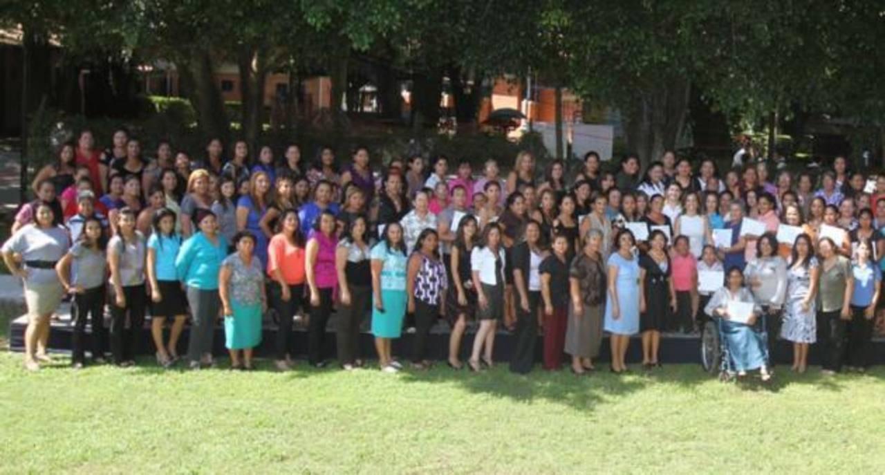 Algunas de las usuarias graduadas de Ciudad Mujer.