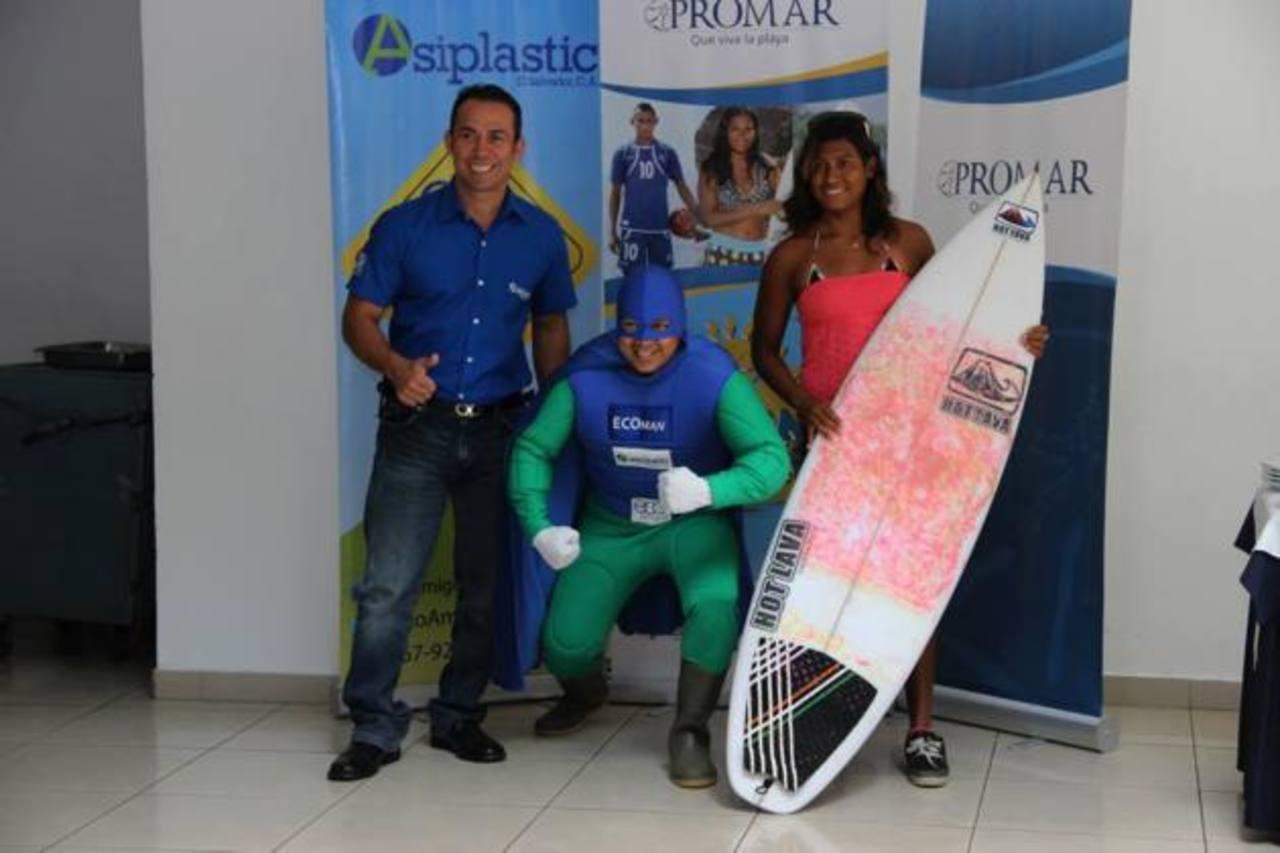 Koky Aguilar (izquierda) junto a Eco Man y a Evelyn Centeno. Ellos son la imagen de la iniciativa. foto edh / CORTESÍA